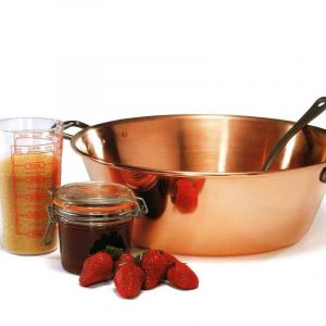 Préparation des fruits manuellement pour préserver tous les arômes de la confiture - Beatrice Bellon (BeeShary)