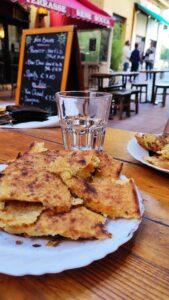 Socca sur une assiette dans le vieux Nice
